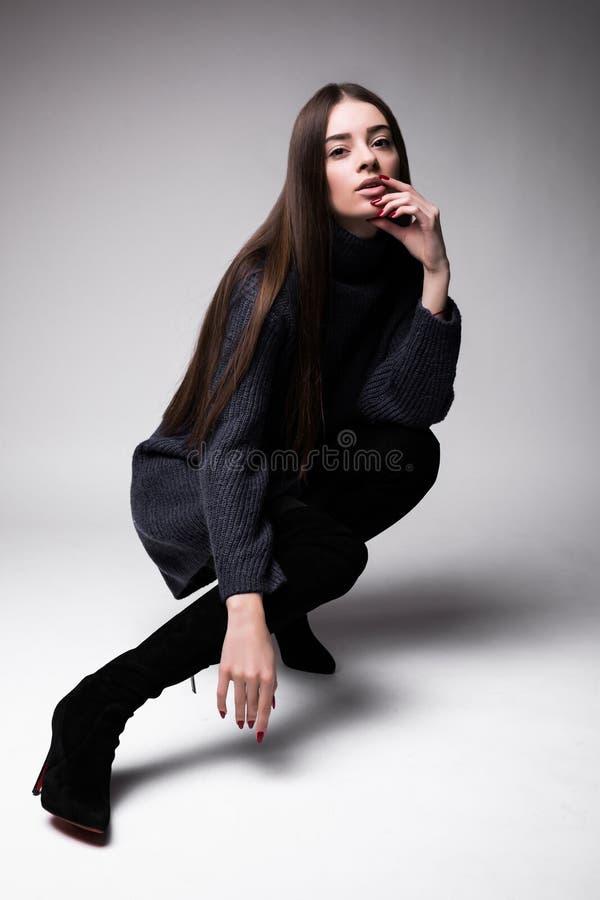 Mannequinvrouw die in die moderne kleren op de vloer zitten op witte achtergrond wordt geïsoleerd stock foto's