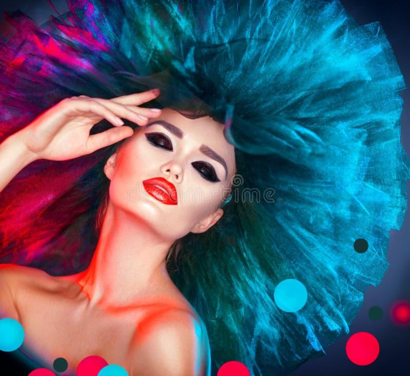 Mannequinvrouw in het kleurrijke verstralers stellen Mooi sexy meisje met in make-up stock afbeelding