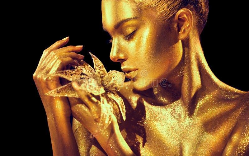 Mannequinvrouw met heldere gouden fonkelingen bij huid het stellen, fantasiebloem Portret van mooi meisje met het gloeien make-up stock afbeelding