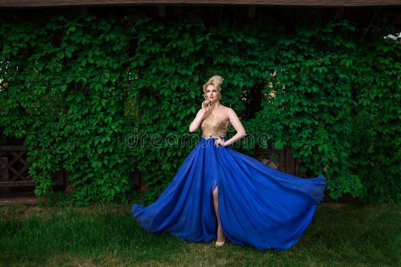Mannequinvrouw sexy stellen, dragend lange avondjurk royalty-vrije stock afbeeldingen