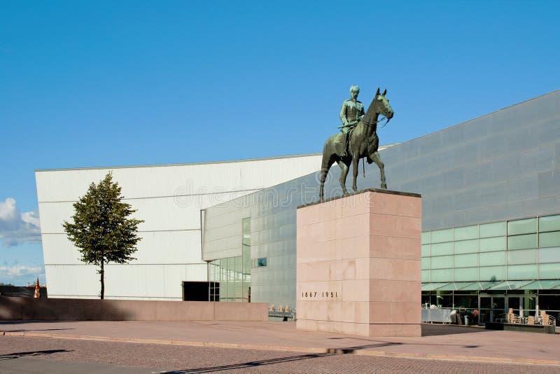 Mannerheim和博物馆Kiasma雕象在赫尔辛基 免版税库存照片