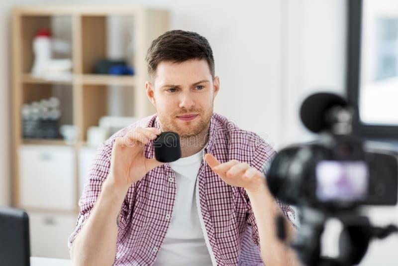 Mannetje blogger met het slimme spreker videoblogging royalty-vrije stock afbeelding