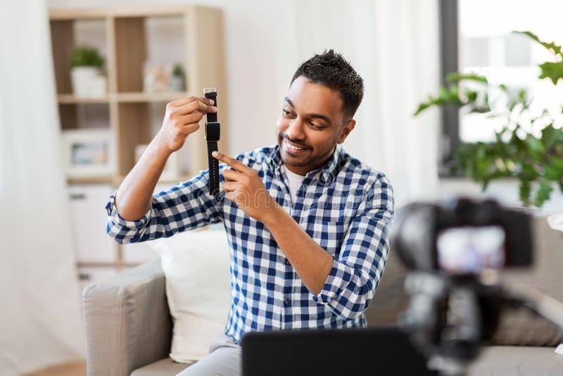 Mannetje blogger met slim horloge die videoblog registreren stock fotografie