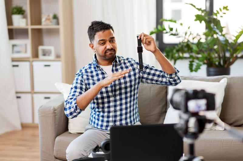 Mannetje blogger met slim horloge die videoblog registreren royalty-vrije stock foto