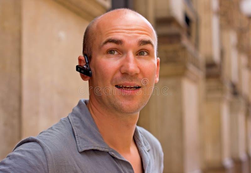 Mannetje dat een hoofdtelefoon met behulp van stock fotografie