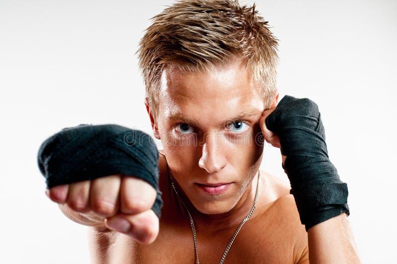 Mannetje dat kickboxer punshing royalty-vrije stock foto's
