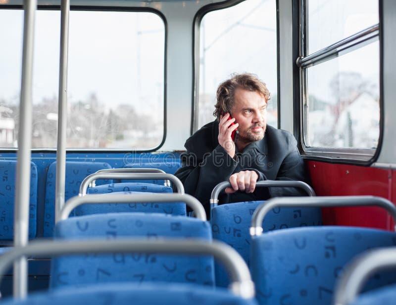 Mannetje dat in laag op de telefoon spreekt stock afbeeldingen