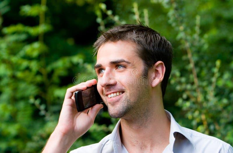 Mannetje dat Mobiele Telefoon met behulp van stock fotografie