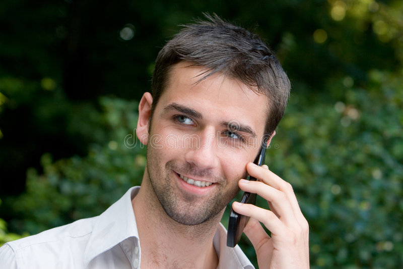 Mannetje dat Mobiele Telefoon met behulp van stock afbeeldingen