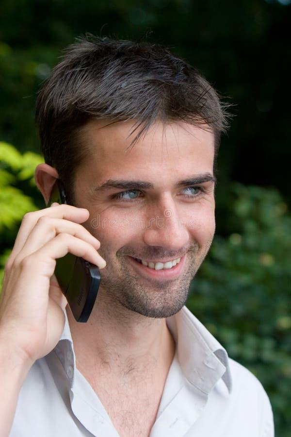 Mannetje dat Mobiele Telefoon met behulp van stock foto