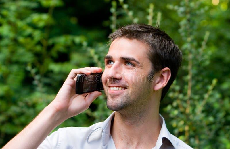Mannetje dat Mobiele Telefoon met behulp van stock foto's