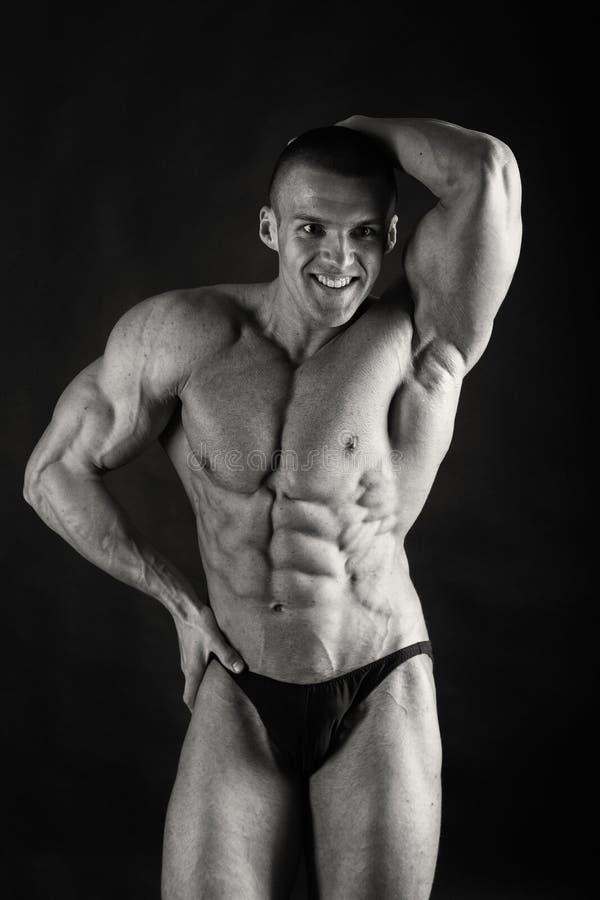 Mannetje dat spieren toont stock afbeeldingen