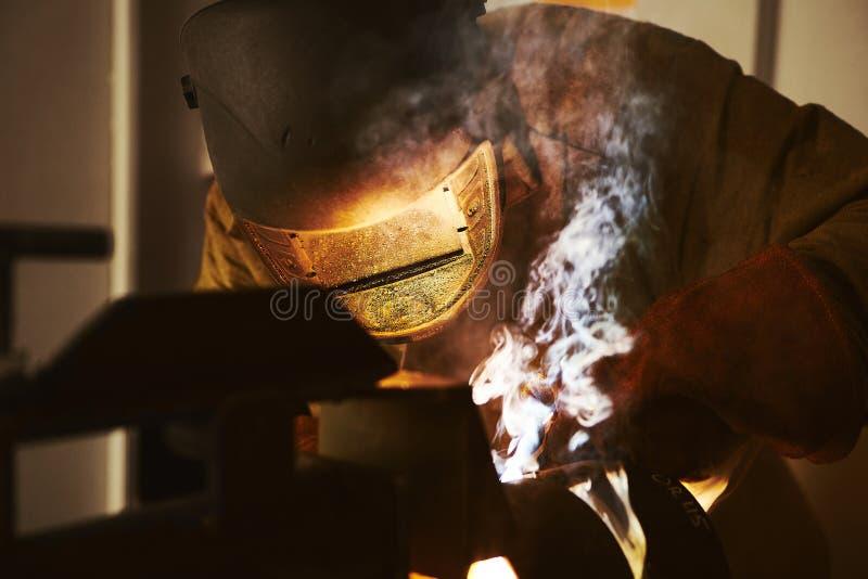 Mannetje in de lassen van het gezichtsmasker met lassen royalty-vrije stock fotografie