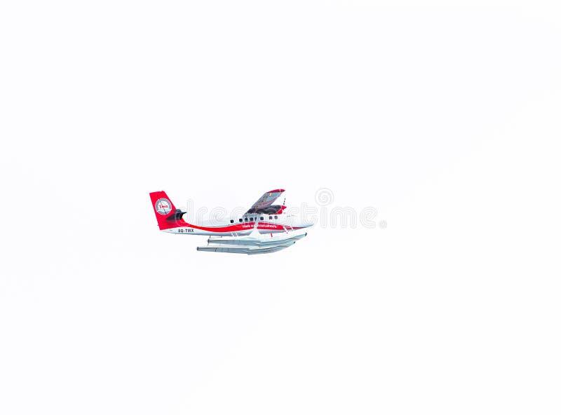 MANNETJE, DE MALDIVEN - NOVEMBER, 27, 2016: Trans Maldivian vliegen van het Luchtrouteswatervliegtuig in de hemel over Mannetje G royalty-vrije stock foto's
