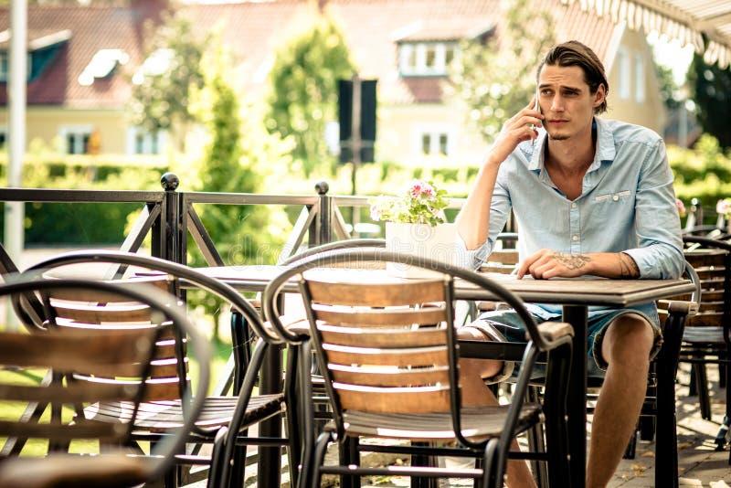 Mannetje die in mobiele telefoon spreken royalty-vrije stock fotografie