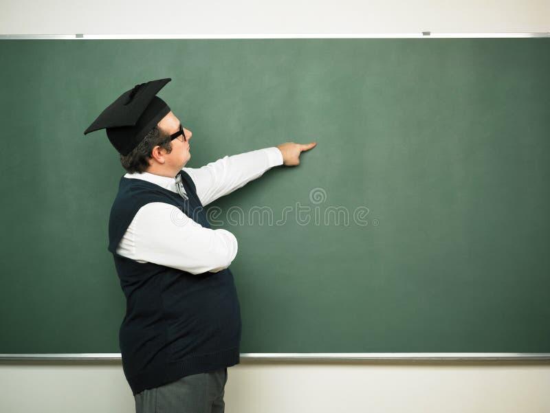 Mannetje die nerd op bord tonen stock foto