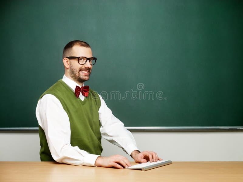 Mannetje die nerd typen royalty-vrije stock afbeeldingen