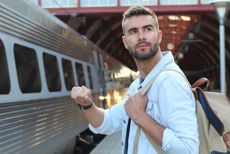 Mannetje die ongeduld tonen bij het station royalty-vrije stock foto's