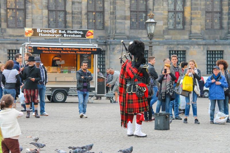 Mannetje die Schotse traditionele pijpen in Amsterdam spelen royalty-vrije stock foto