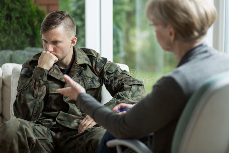 Mannetje in eenvormig leger stock afbeelding