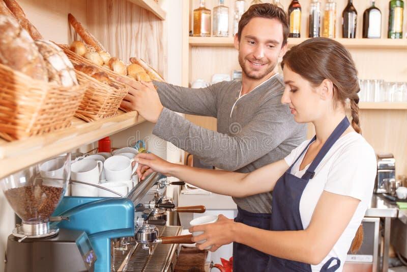 Mannetje en vrouwelijke werknemers in koffie stock fotografie