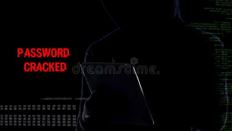 Mannetje in kap typen op tablet, het barsten wachtwoord, die persoonsgegevens verzamelen royalty-vrije stock fotografie