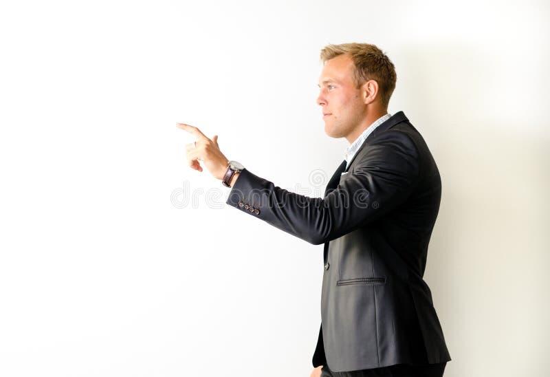 Mannetje in kostuum het richten stock foto's