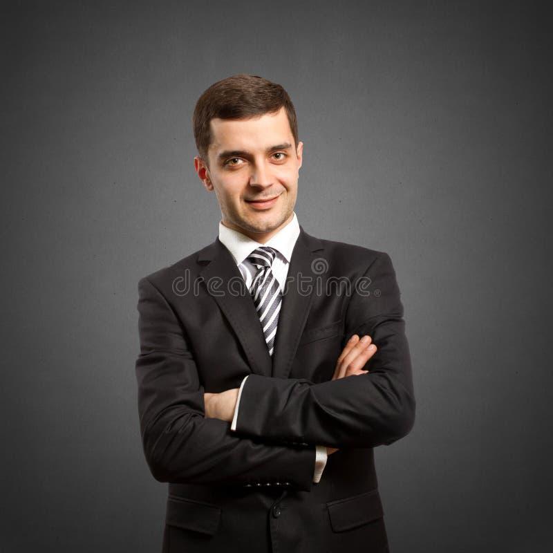 Mannetje in kostuum met gekruiste handen stock fotografie