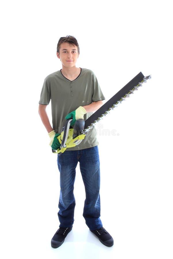 Mannetje met het hulpmiddel van de haag trinner tuin stock afbeelding