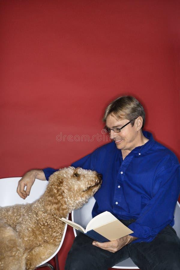 Mannetje met hond. royalty-vrije stock afbeelding