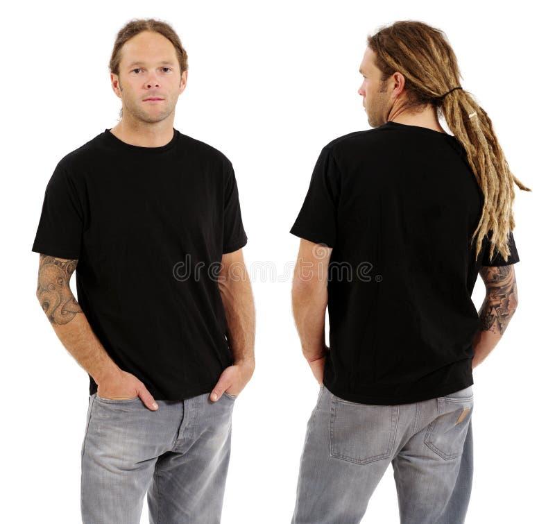 Mannetje met leeg zwart overhemd en dreadlocks stock fotografie