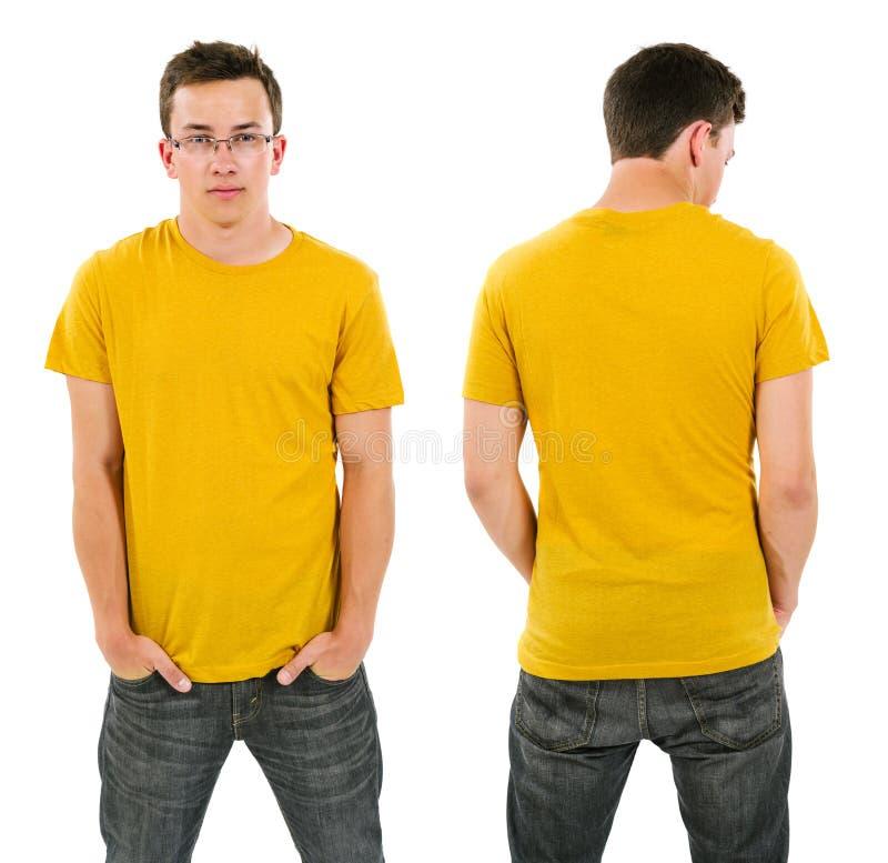 Mannetje met lege gele overhemd en glazen stock foto