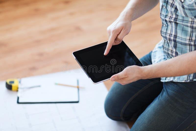 Mannetje met tabletpc, blauwdruk en het meten van band royalty-vrije stock afbeelding