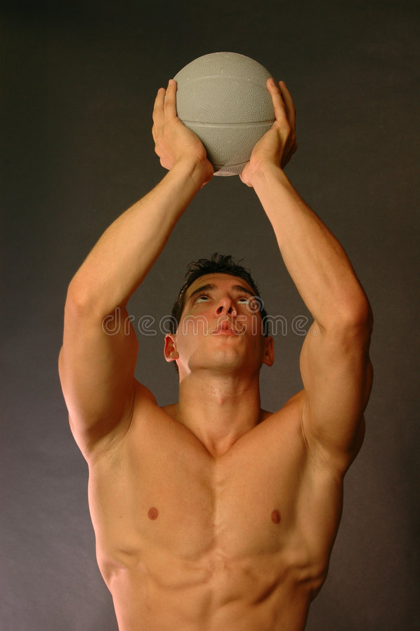 Mannetje met trainingbal royalty-vrije stock fotografie