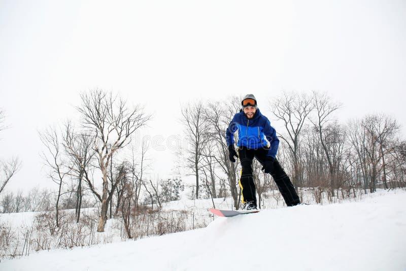 Mannetje snowboarder op helling bij de wintertoevlucht royalty-vrije stock afbeeldingen