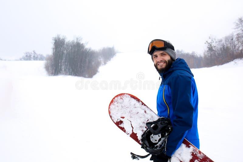 Mannetje snowboarder op helling bij de wintertoevlucht royalty-vrije stock foto's