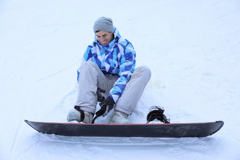 Mannetje snowboarder op ski piste bij sneeuwtoevlucht royalty-vrije stock fotografie