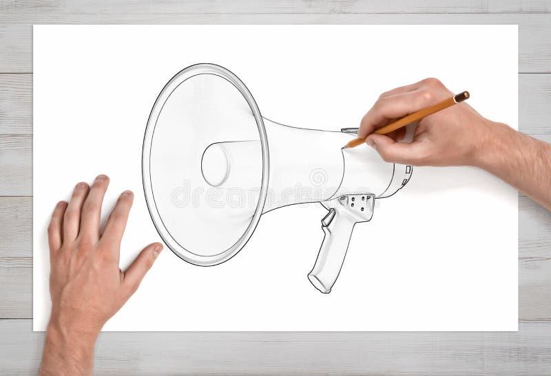 Mannetje twee dient eerste persoonsmening in trekt een megafoon met een potlood op Witboek stock foto