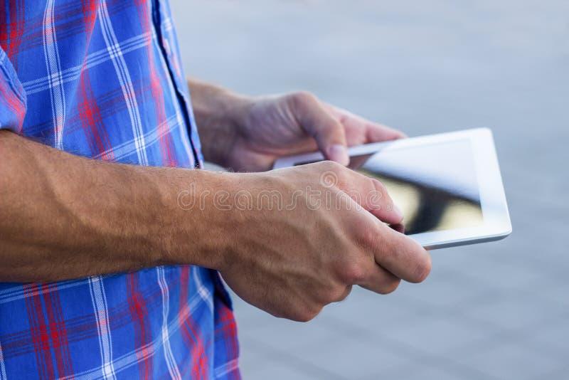 Mannetje wat betreft digitale tabletpc royalty-vrije stock afbeelding