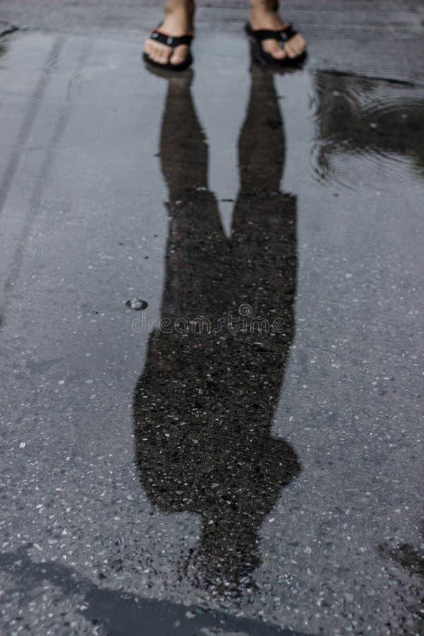 Mannfüße und Reflexionswasser lizenzfreie stockfotos