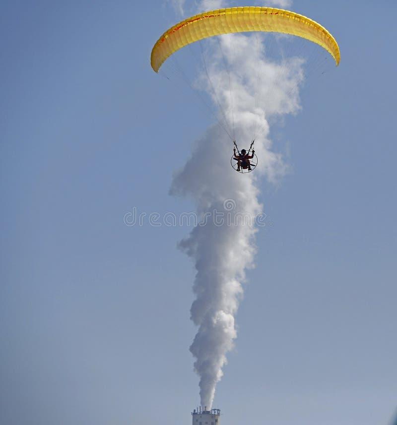 Mannfliegen auf einem Fallschirm stockfotografie