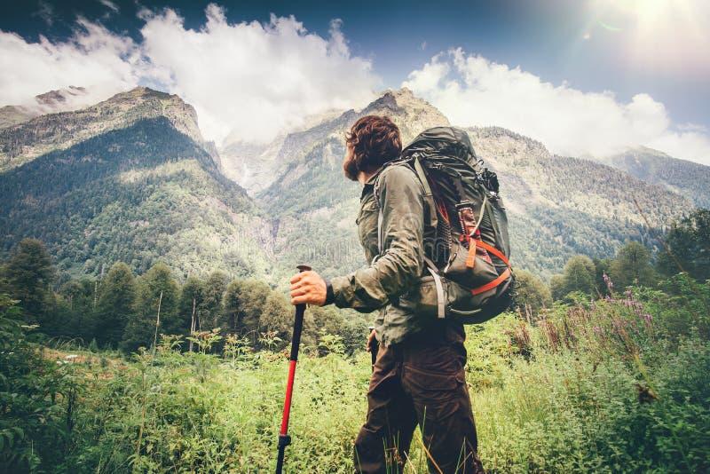 Mannforscher mit dem Rucksack, der Reise-Lebensstil wandert lizenzfreies stockfoto