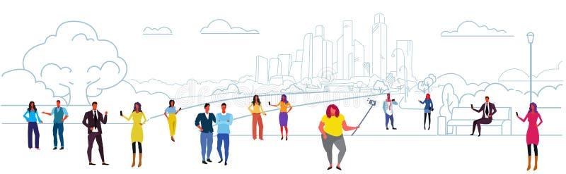 Mannfrauen, welche die Smartphones nehmen selfie und verwenden ihre Telefonkommunikations-Konzeptleute gehen städtisches im Freie vektor abbildung