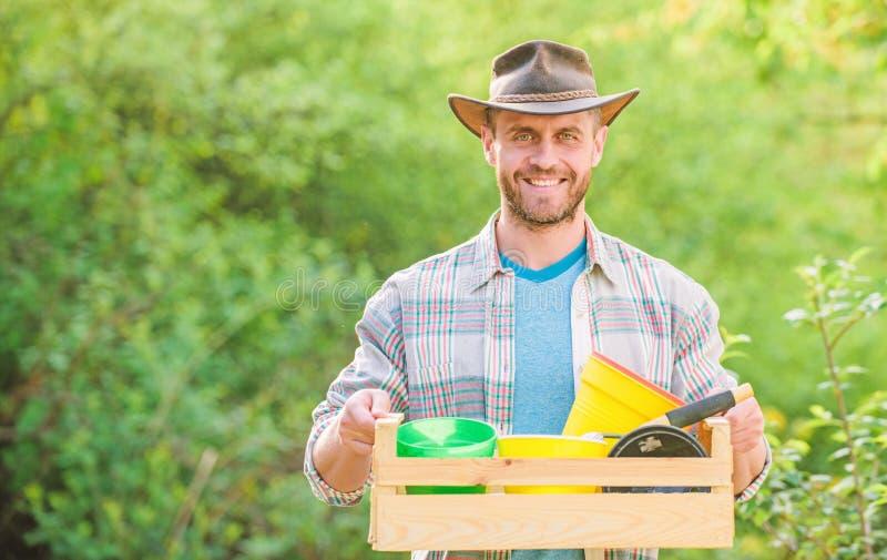Manngartenarbeit sexy Landwirtgriffholzkiste mit Blumentopf Eco-Landarbeiter Gl?cklicher Tag der Erde Eco Leben Landwirtschaft un stockbilder