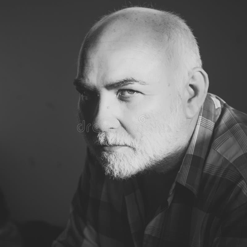 Manngesichtshautpflege Porträt-Manngesicht in Ihrem advertisnent Älterer Mann mit grauem Haarbart und der mutigen Hauptstirn lizenzfreies stockbild