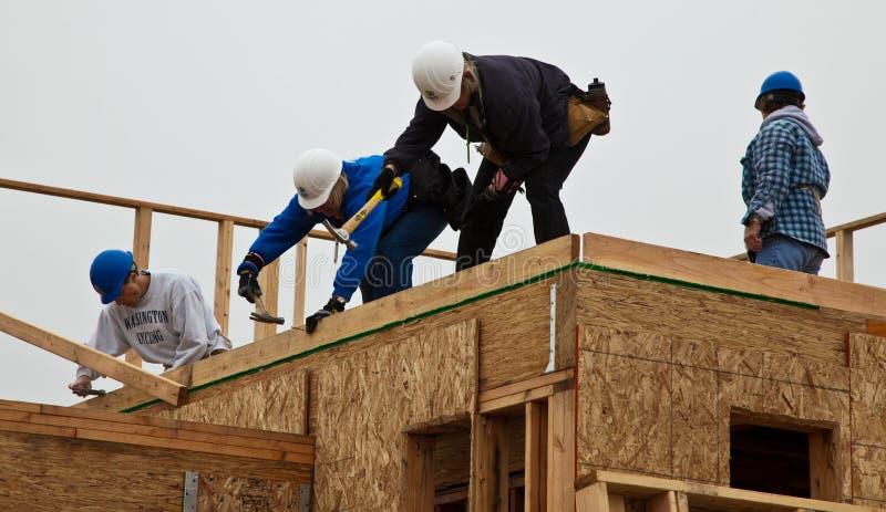 Manngestaltdach für Haus für Lebensraum für Menschlichkeit lizenzfreies stockbild