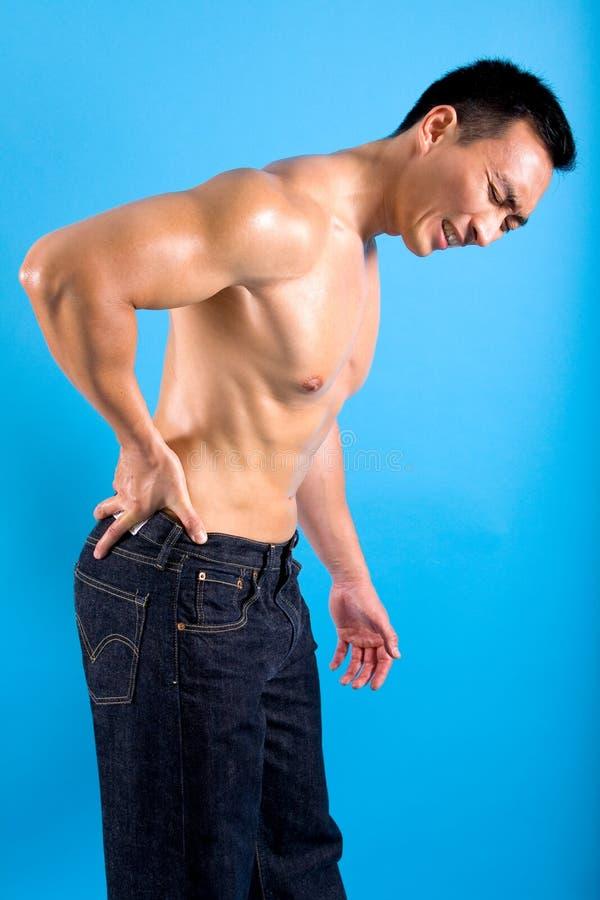 Manngrimassen, wie er zurück die Schmerz erleidet stockbild