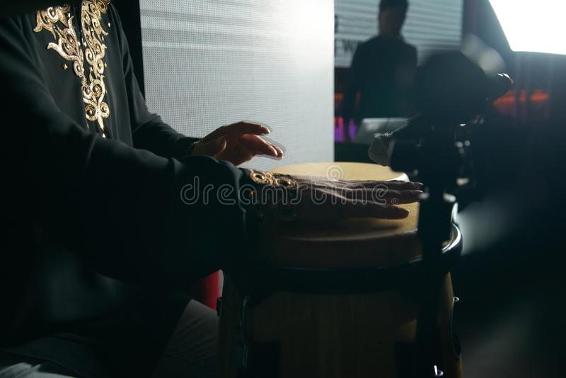 Mannhände, die Musik an djembe Trommeln spielen stockfotografie