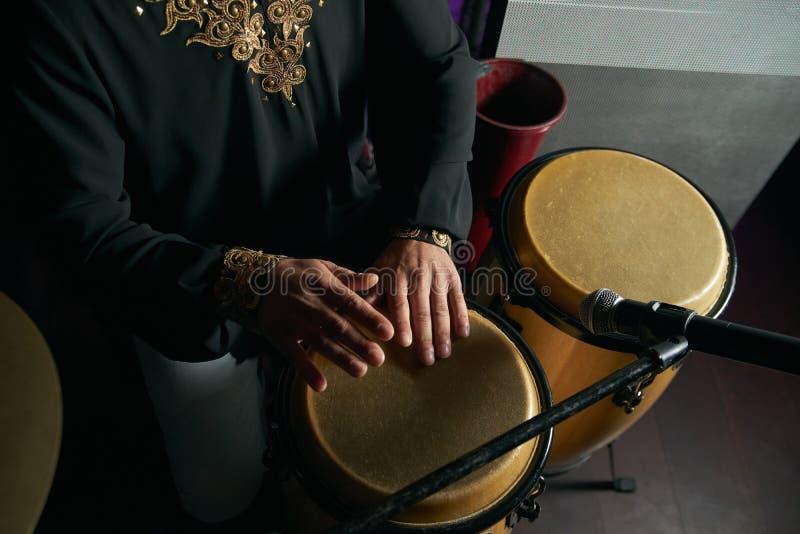 Mannhände, die Musik an djembe Trommeln spielen stockfotos
