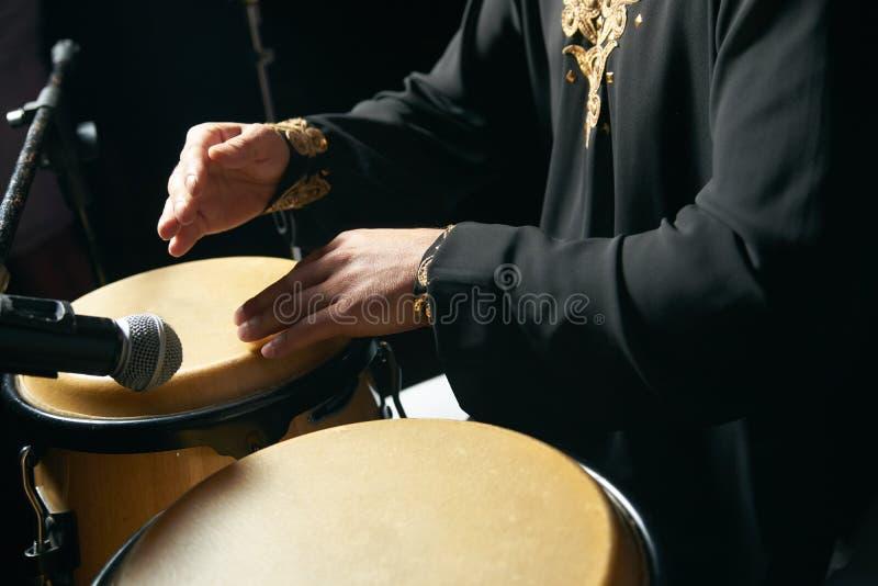 Mannhände, die Musik an djembe Trommeln spielen stockbilder